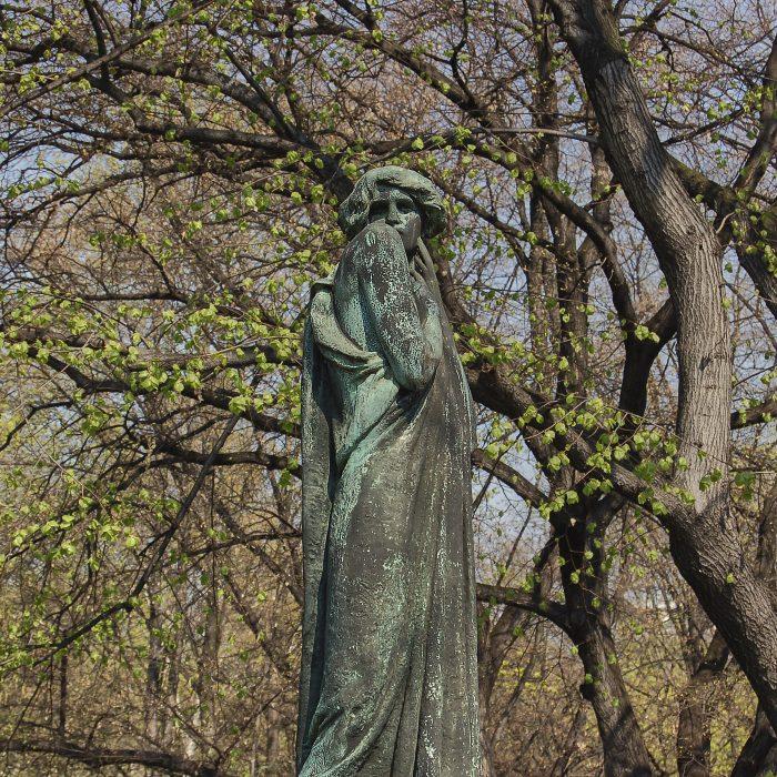Statue de femme drapée